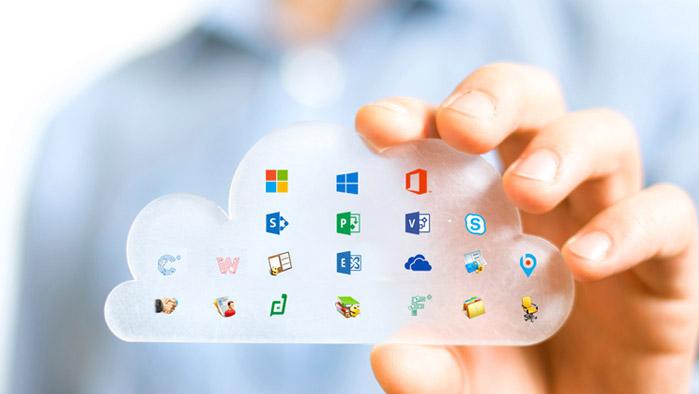 Mann hält Wolkensymbol mit allen Marketplace Produkt-Icons hoch