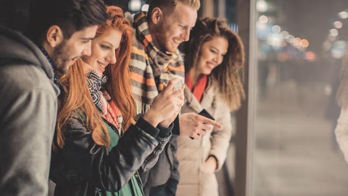 Mit A1 Smile mehr shoppen - Vier junge Leute machen eine Shoppingtour.
