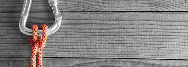 Karabiner auf Holzwand