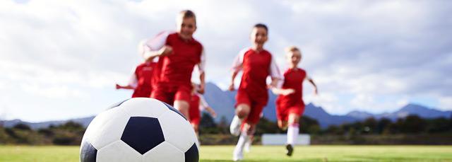 Kinder am Fußballspielen