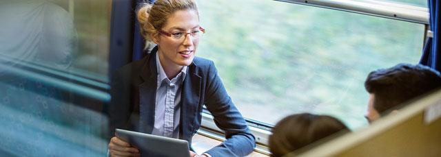 Geschäftsfrau im Zug mit Tablet
