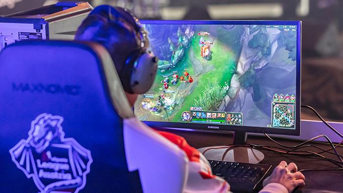 eSportler spielt League of Legends