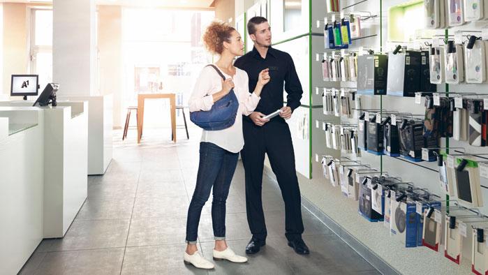 A1 Shop Mitarbeiter berät Kundin über Handy Zubehör