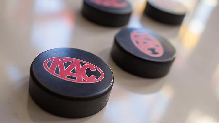 Nahaufnahme von Eishockey-Puck mit KAC-Logo