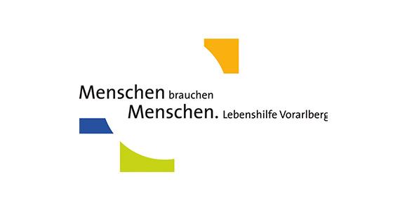 Schriftzug Menschen brauchen Menschen. Lebenshilfe Vorarlberg auf weißem Hintergrund. Um den ersten Satz sind drei abstrakte Figuaren in orange, blau und grün platziert.