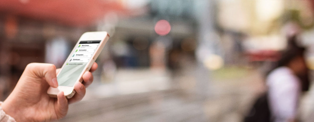 Frauenhand im Bild hält Smartphone