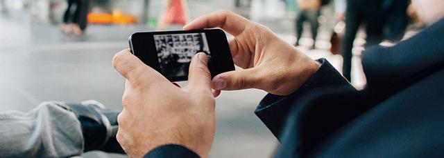 Männerhände halten ein Smartphone