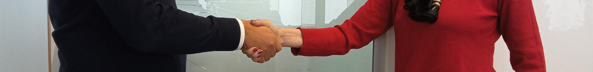 Handschlag zwischen 2 Männern im Businessoutfit