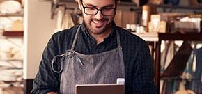 Mann sieht auf Werkstatt auf Tablet