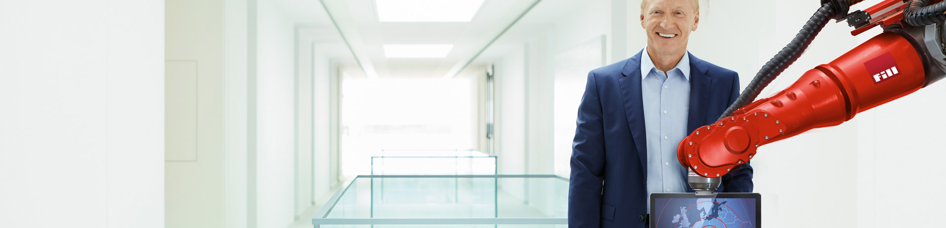 Geschäftsführer Fill GmbH hinter Robotics-Arm