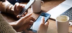 close up Tisch mit Kaffee und Handy
