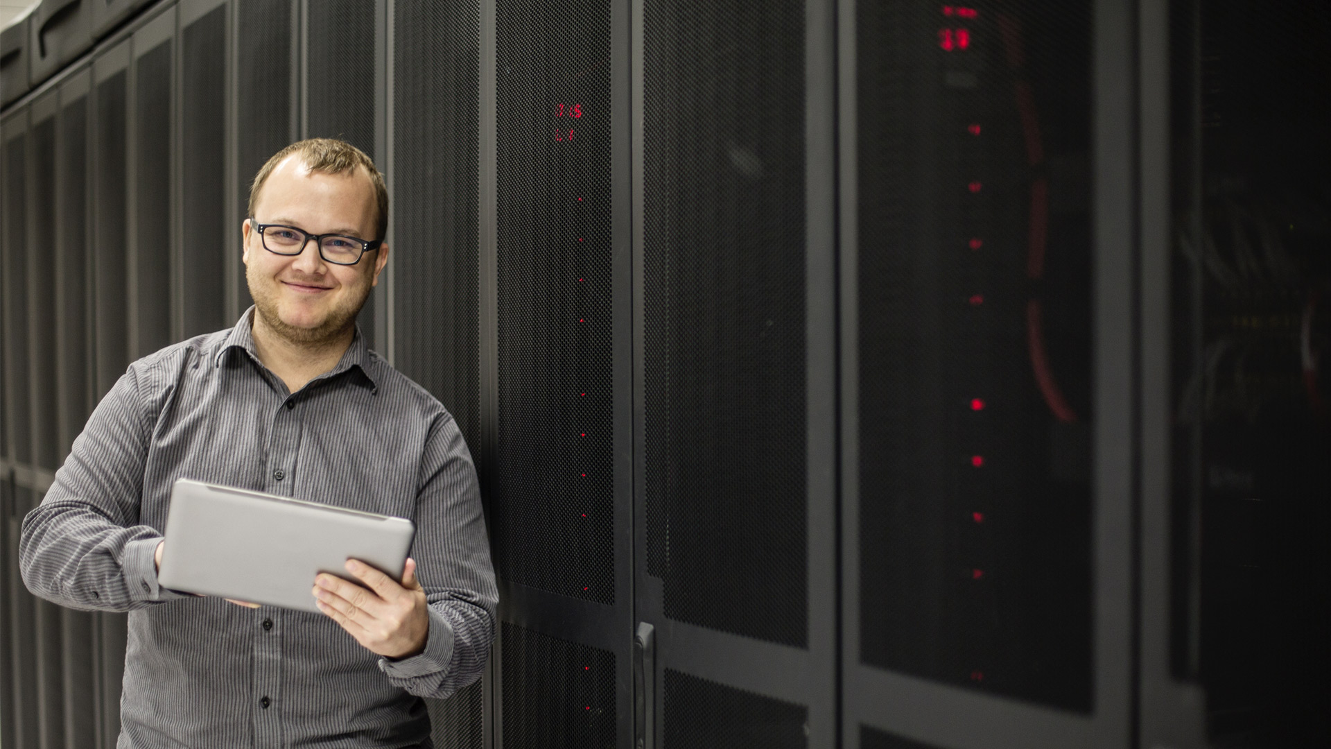 Server-Techniker mit Tablet