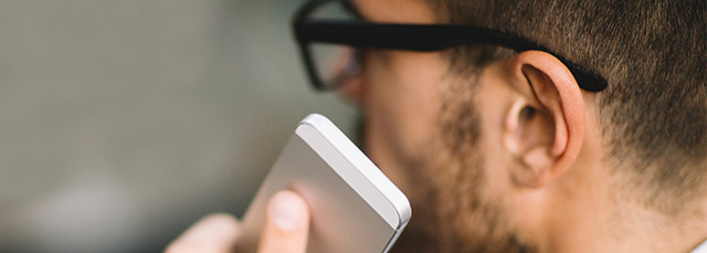 Profilbild eines Mannes, der ein Mobilfunk ans Ohr führt