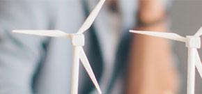 kleine Windräder aus Plastik, die auf einem Schreibtisch stehen