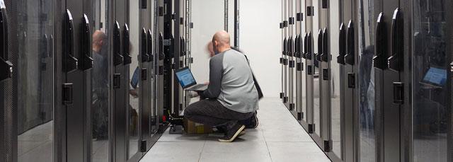 zwei Techniker überprüfen Server im Rechenzentrum