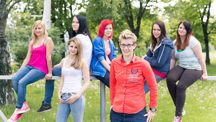 eine Gruppe weiblicher Lehrlinge in einem Park