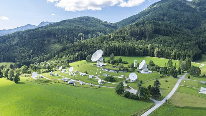 Landschaftsbild von Aflenz, Steiermark auf dem viele Satelliten in unterschiedlicher Größe zu sehen sind