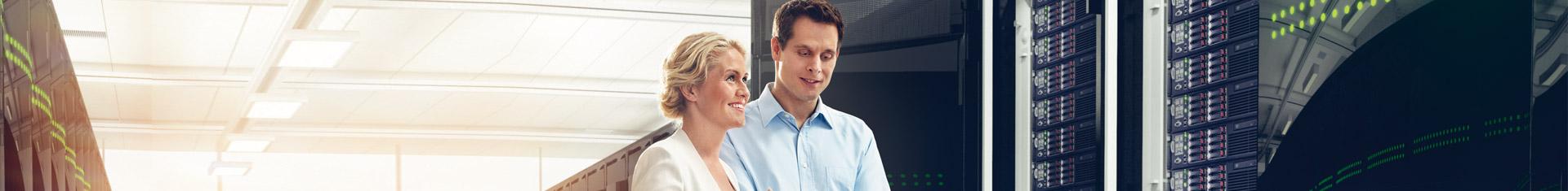 ein junges Paar steht in einem großen Serverraum