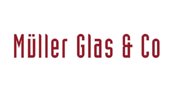roter Schriftzug Müller Glas & Co auf weißem Hintergrund