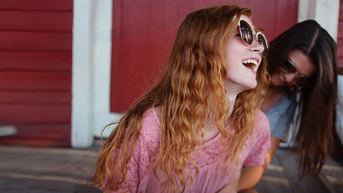 Zwei lachende Freundinnen