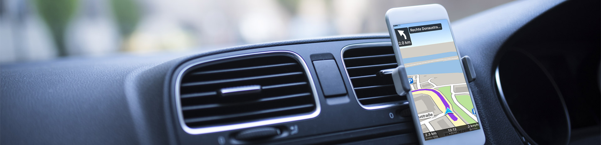 Smartphone mit A1 Navi, am Armaturenbrett eines Autos