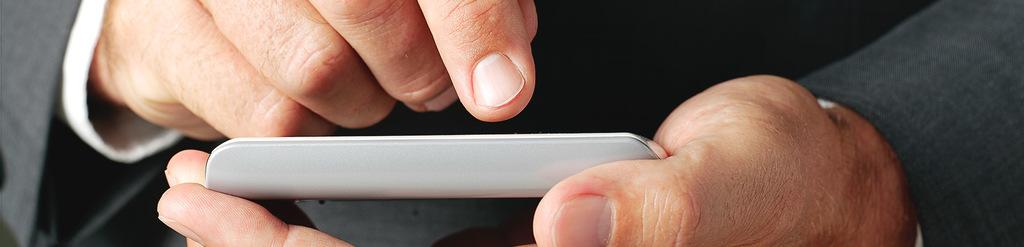 Nahaufnahme von männlichen Fingern, die auf den Touchscreen eines Handys drücken.