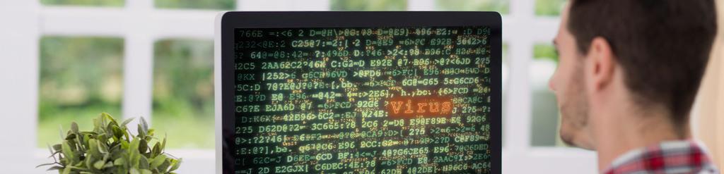 Mann sieht Viruswarnung am Bildschirm