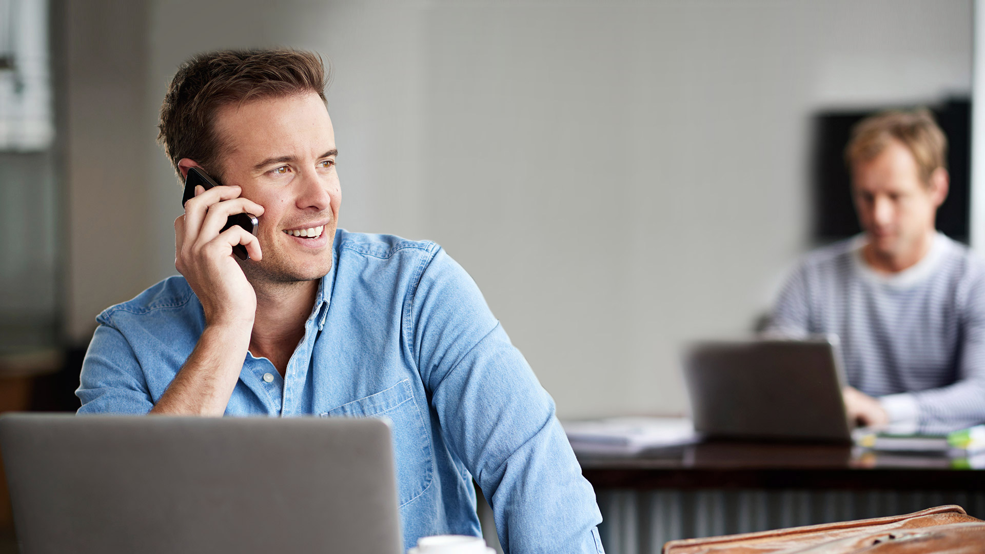 Business Manager bei Telefonkonferenz