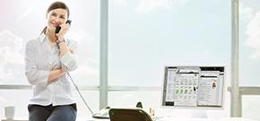 Geschäftsfrau am Festnetz-Telefon