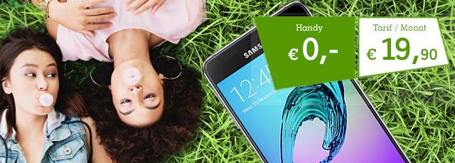 Zwei im Gras liegende Mädchen mit Samsung Galaxy A3 2016