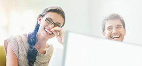 Arbeitskollegen mit Spaß an der Arbeit