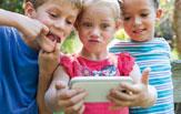 Kinder mit Smartphone schneiden Grimassen