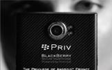Rückansicht eines BlackBerry PRIVs; im Hintergrund sieht man ein verschwommenes Gesicht