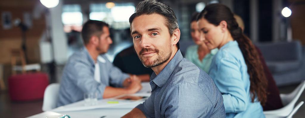 Berater mit Kunden im Hintergrund
